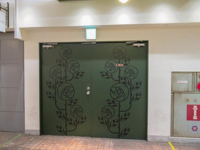 地下の扉。いずれの階段も扉1枚隔てて地下街とつながっている