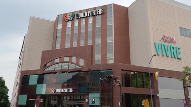 次に向かったのは横浜ワールドポーターズ。5階にある「にがおえshop星の子」に向かう。