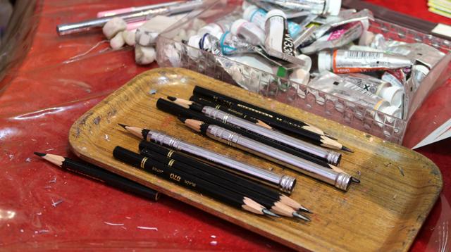 黒い色鉛筆……?