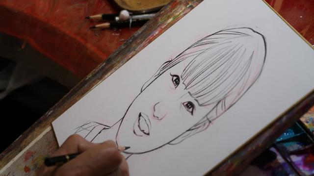 下描きに使っているのはピンク色の鉛筆。水を塗ると絵の具のようになるタイプのものだという。