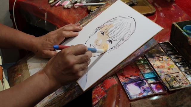 時に筆の毛をぺたっと置き、時に筆の先端部分だけでさらさらと塗る。何が起こっているんだか、目の前の出来事なのに理解が追いつかない。