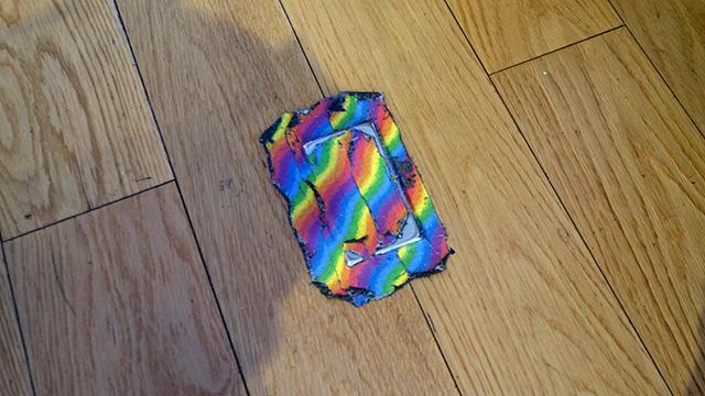 床のコンセントのフタを隠すのも絞り染め