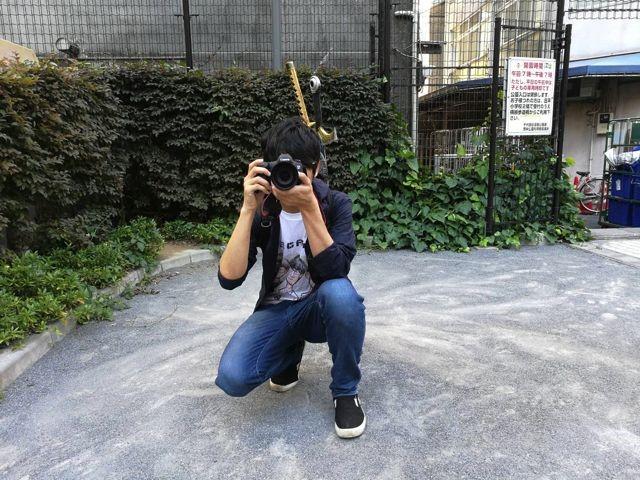 ちなみに撮影のときも僕の背中にはしっかりと武器が刺さっている。ある意味で僕も戦場カメラマンと名乗ってもいいのかもしれない。