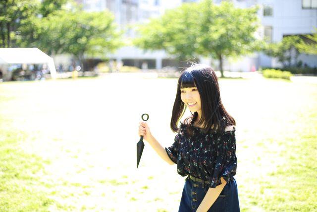 公園で楽しそうに遊んでる風だが手に持っているのはクナイだ。彼女は忍者の末裔で一瞬のスキを狙って相手の命を断つ。これはその瞬間をとられた写真だ。