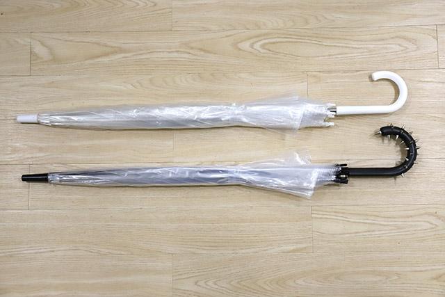 普通のビニ傘と物理的に盗まれにくいビニ傘の比較。