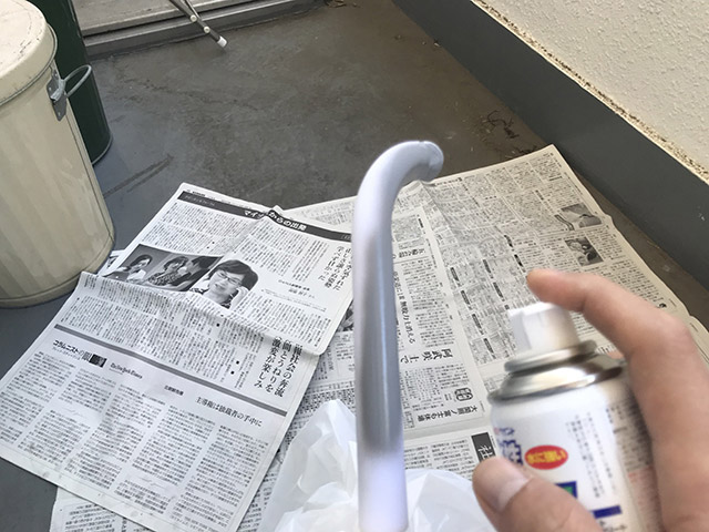 続いて、切った傘の柄を塗装する。