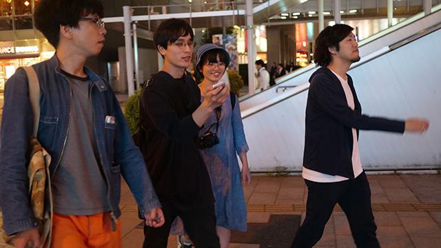 写真左から筆者、一番右は共通の知人の東さん、あと編集の古賀さんの5人体制