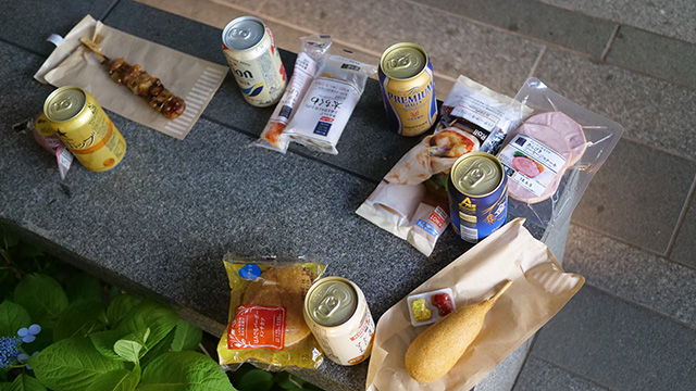 片手で持つ食べ物と考えると棒状のものが増えた。結果ねりものだらけ。ベンチが治安の悪いベンチに