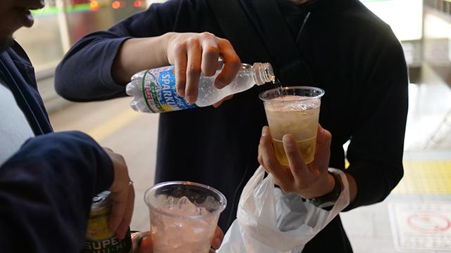 アイスコーヒー100円を買って氷として活用し、濃い酒を割り始める。そういうネットの記事を見たことがあるが、実際に活用してるのをはじめて見た