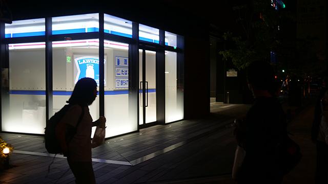 ローソンの近くにローソンの看板だけ入った入ったビルがあった。「ニセのローソン」「概念としてのローソン」「ローソンではないトマソンだ」「未来の昭和博物館だ」「ここでニセのローソンにあきらめて帰った人かわいそう」など盛り上がった