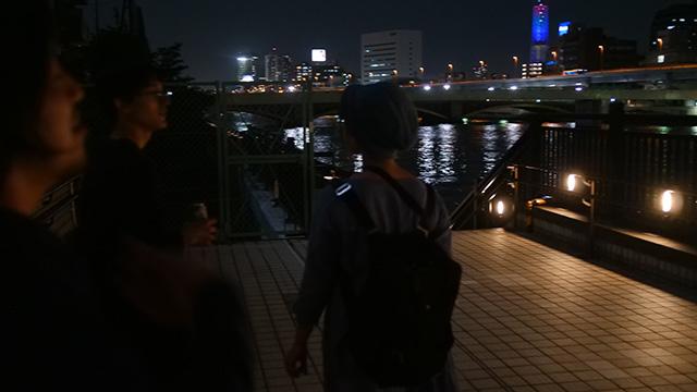 隅田川沿いに歩いていく。若者はだれも口にしてなかったがおじさんは青春を感じていたし家に帰ってそっと日記を綴ったよ