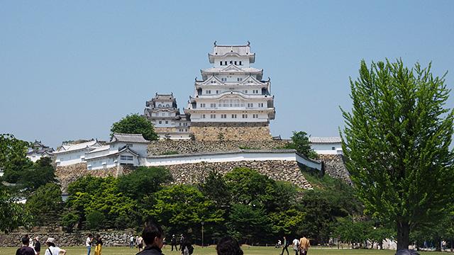 瓦の継ぎ目に使う漆喰(しっくい)で全体的に白く見える姫路城。暴れん坊将軍や水戸黄門などで江戸城という設定で撮影されているそうだ