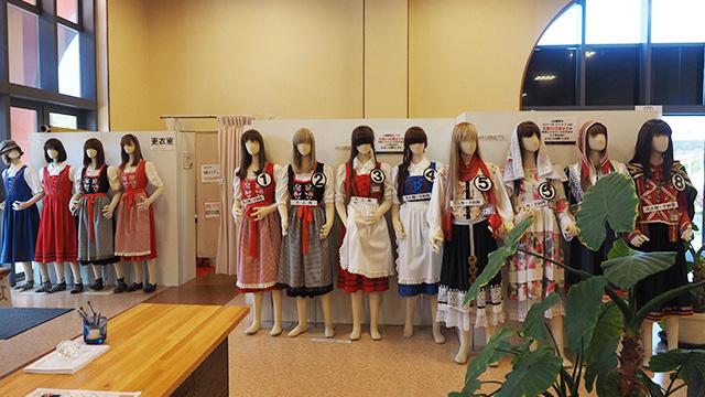 隣の大きいウェルカムハウススワンという所では民族衣装が並んでいた。女性は無料で借りられるという。