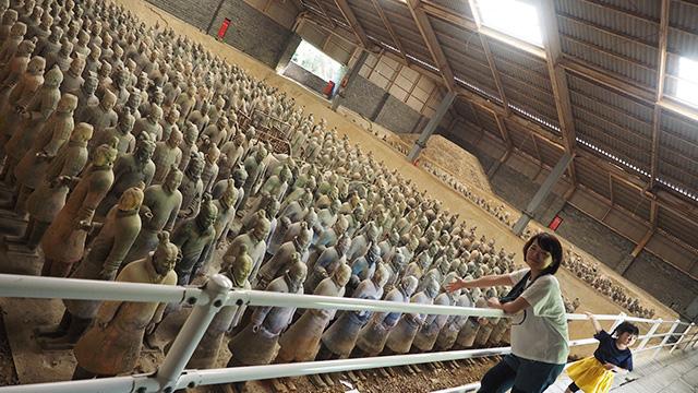 1,000体のレプリカが並ぶ、秦始皇帝の兵馬俑坑。一度は本場で見たかった光景なのだけど、これ見たら8割がた満足できた。充分すごいのだ。
