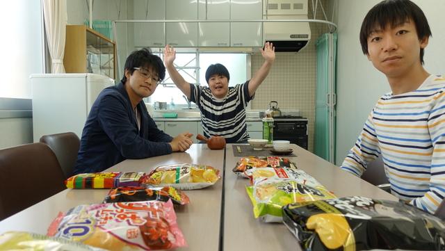 筆者と友人の能登さん(左)又来さん(右)で食べます。この後、他のポテトチップスでもお茶漬けにする予定です。