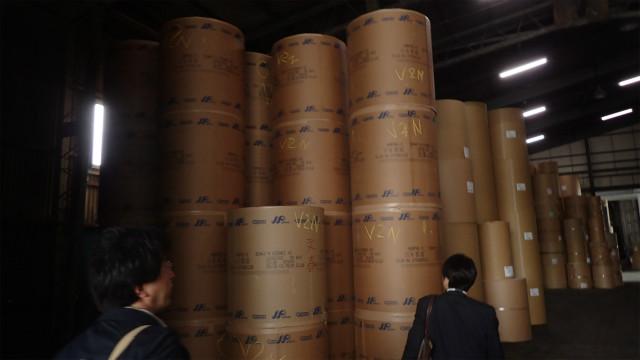 ロール紙には製紙工場の名称と使う雑誌の名称が書き込まれている