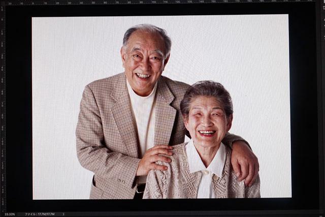 こちらの仲良し老夫婦(という設定)の写真も……