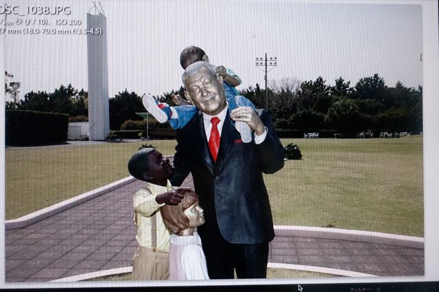 お台場「船の科学館」に飾られている笹川良一像。「一日一善」のおじさんですね