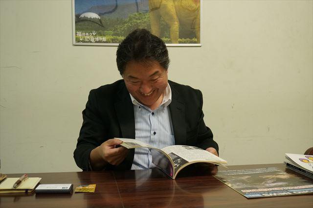 懐かしそうに読む櫻井さん
