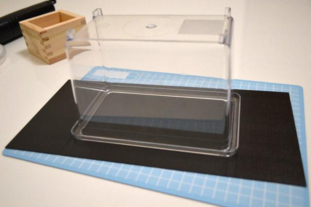 プラ板をケースに合わせてカット。カッターで簡単に切れる