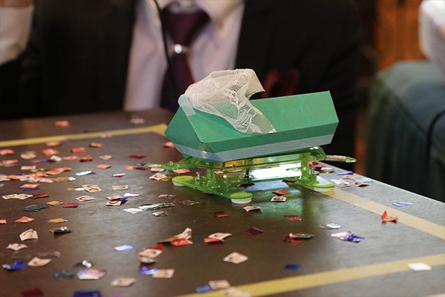 妻のロボット、カメ吉。タミヤのカメのロボットが一番作るのに簡単そうだったので選ばれた。出来合いのキットに紙をかぶせただけのロボット。