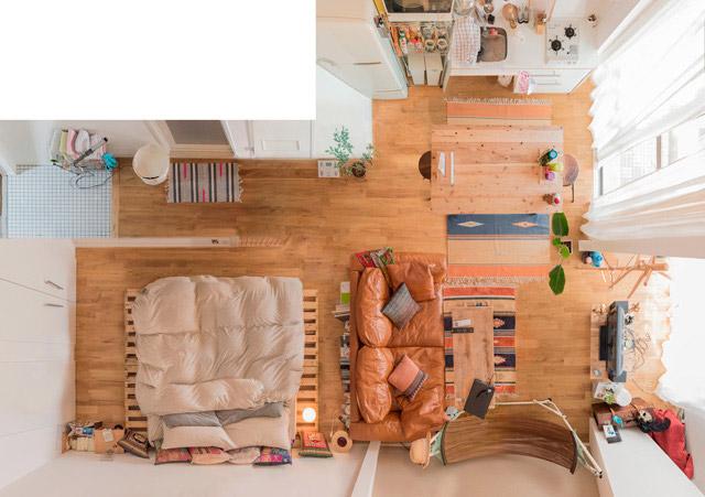 こちらもあけっぴろげ寝室。革張りソファの存在感がかっこいい。