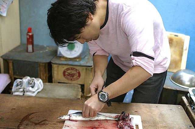 上手く開くコツは、左手で大胆に魚を押さえる事。