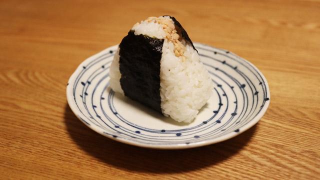 安心の「北海道焼きしゃけ」。ほぐしたしゃけと白米のバランスがすばらしい。ひとつめに食べたい
