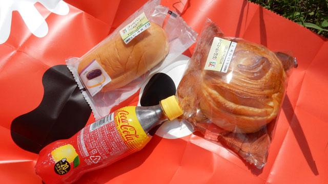 ピクニックなので菓子パンを買った。