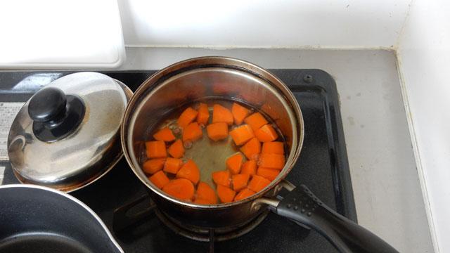 何となく新鮮な煮汁の方がいいような気がして、当日の朝、野菜を煮た。