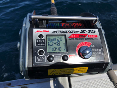 仕掛けを1000メートル沈めるのに要する時間は15分ほど。回収には30分もかかる。2000メートルではこの倍か…。