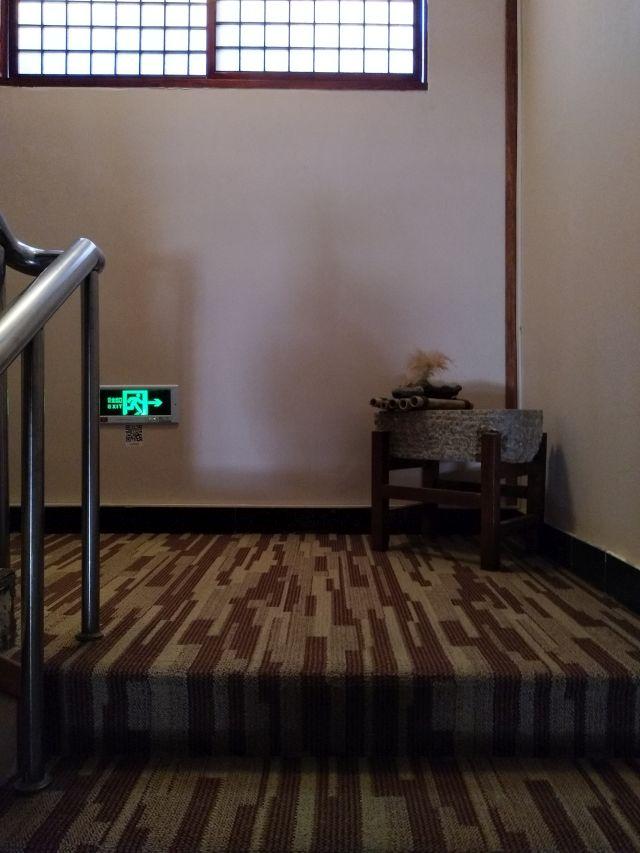 ドンドンドンの足音でなくドスドスドスという感じとスリッパ独特の足裏感で部屋に