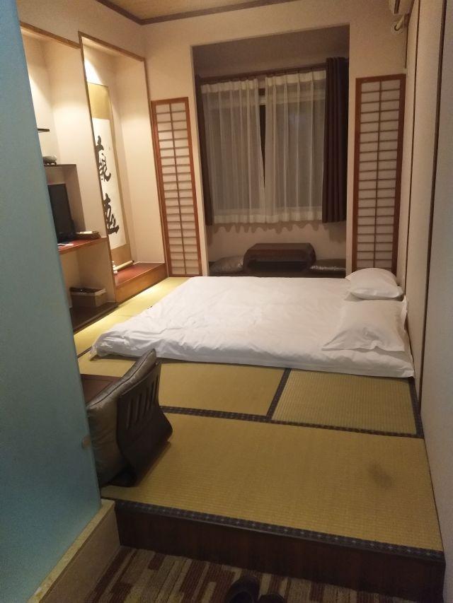 これだ!中国で日本のこの内装を実現するってすごいですよ! (ちなみに日本式の部屋だとホテルでなくても入口にだいたい段差アリ)