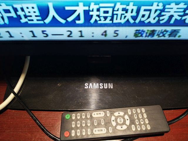 サムスン製のテレビかと思ったらサムスンの最後のGが抜けている。リモコンにもサムスンの字はなく。細かいことは気にしないことにしよう。