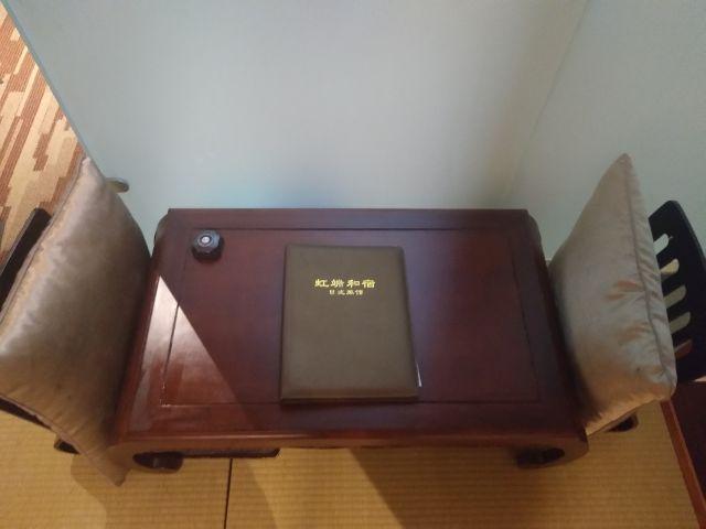 机は部屋にももうひとつ。頭が日本になり、心が茶菓子が欲しいと訴える