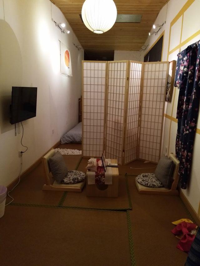 横1畳半の細長空間に和のテイストを詰め込んだ。日本風というより日本マニアの空間だ。