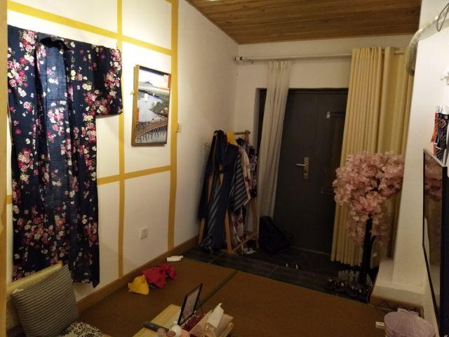 部屋から玄関を見るとこんな感じ。小物類が賑やかすぎる。