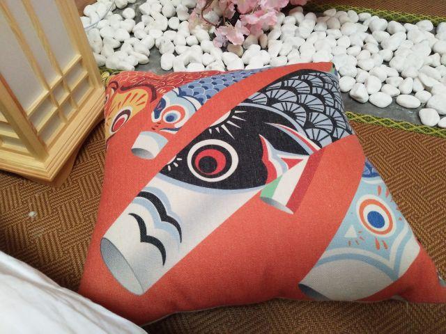 ざぶとんにも鯉のぼり。桜と鯉のぼりはマストアイテムなのだ。