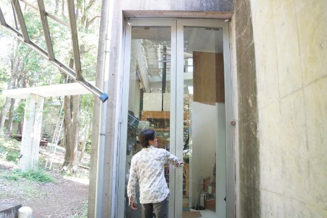 玄関扉が長ーい!ガラス割れたら修理大変だ。