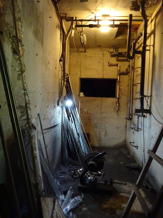 家の裏手側面に扉があり、開けるとそこが地下室だった。前の持ち主が、撮影用機材を収納する場所だったらしい。秘密基地だこれ。