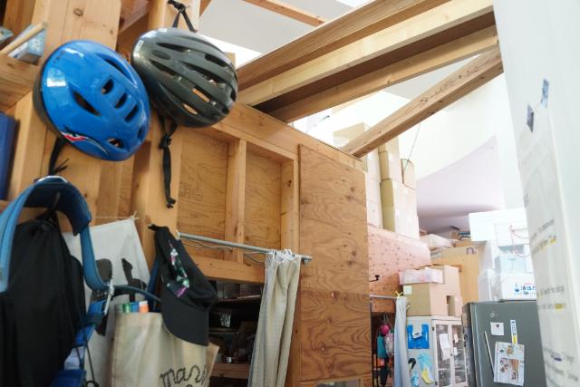 コンクリ打ちっ放しの広い空間を、暖かみある木造小屋で仕切って生活スペースにしている、って建物探訪はここまでにしとこう。