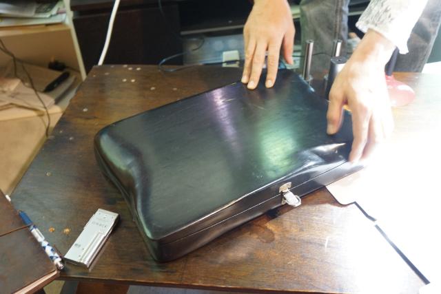 リビングテーブルに置かれたトランク。これが細野くんのプレゼン道具だ。