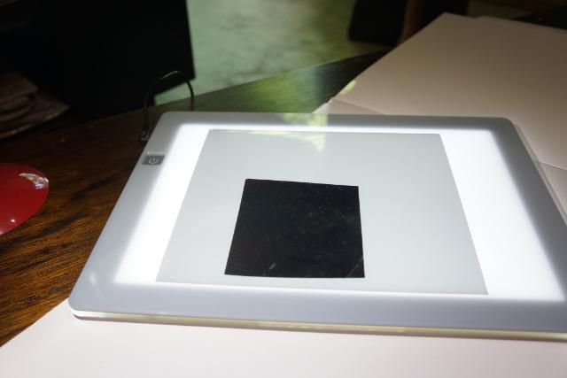 これが、偏光板。私も以前これで遊んだこと(http://portal.nifty.com/kiji/120229153895_1.htm)がある。