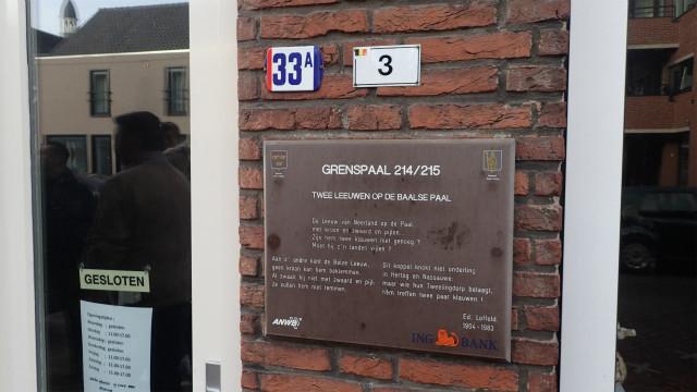 同じ建物だけれど、オランダの住所(「33A」)とベルギーの住所(「3」)のプレートがついている。