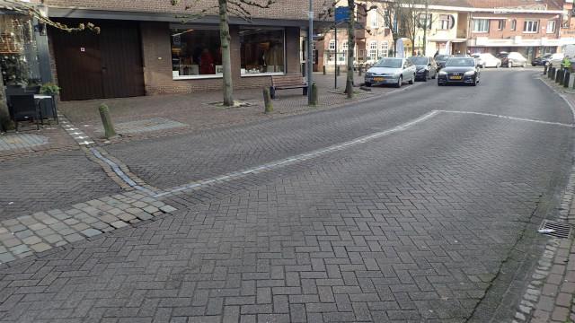 道路の中の国境、手前がオランダで奥側がベルギー