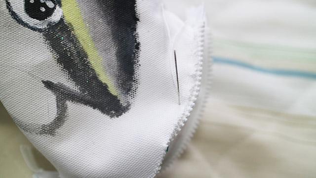 チャックをつけたポケットをぬいぐるみの先に縫いつけます。