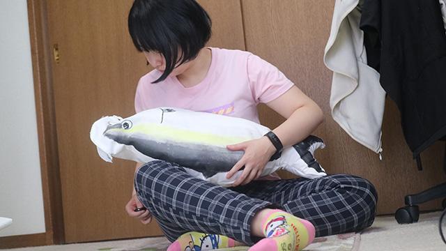 手縫いの作業中。魚を掴んでワイルドに見えます。