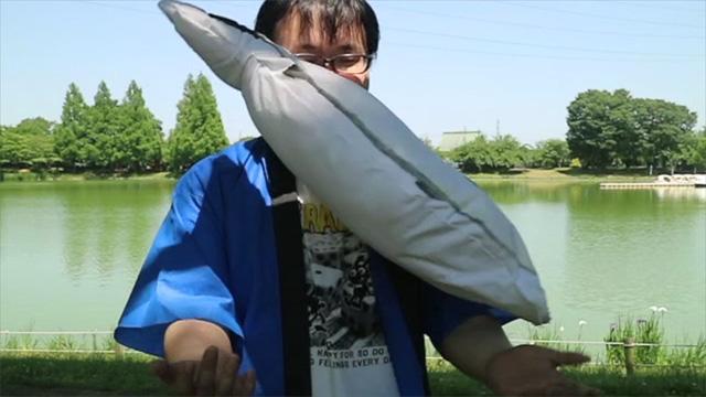 ぬいぐるみなので躍動感はないですが、魚は逃げています。