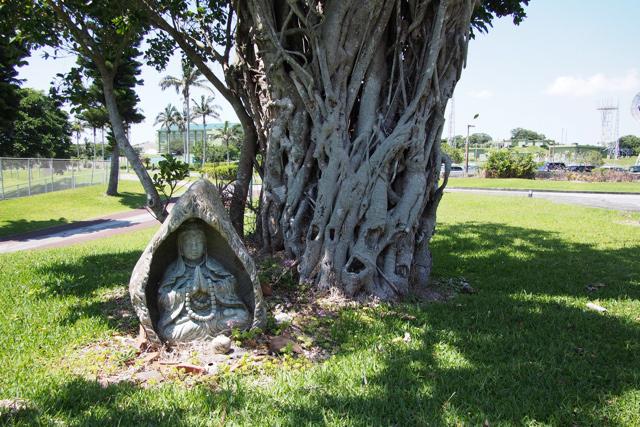 ガジュマルの根元に謎の仏像