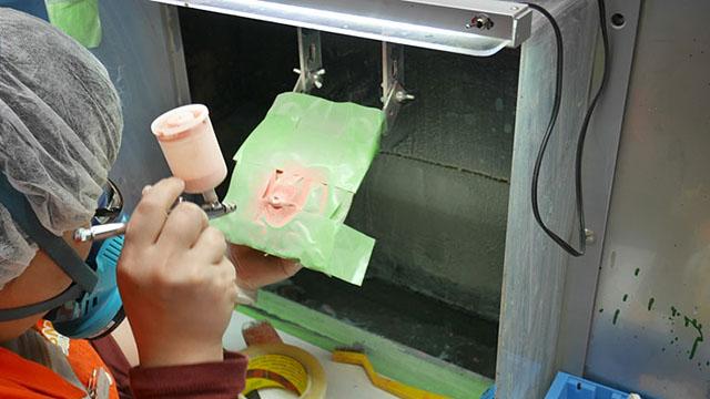 こちらでは小さな小さな口の塗装をしている。